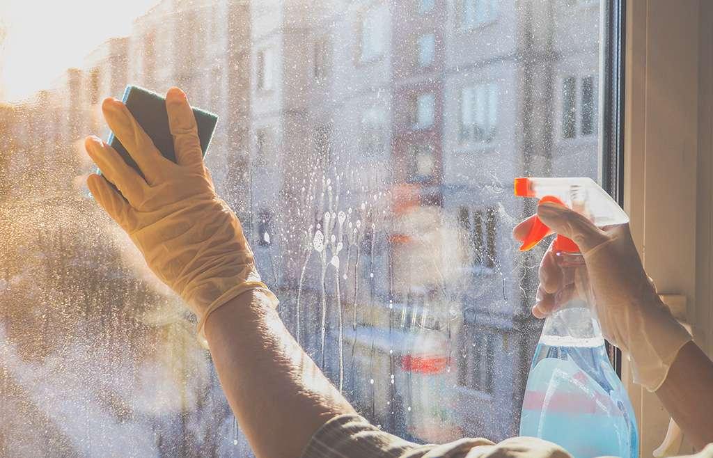 Come pulire i vetri senza aloni
